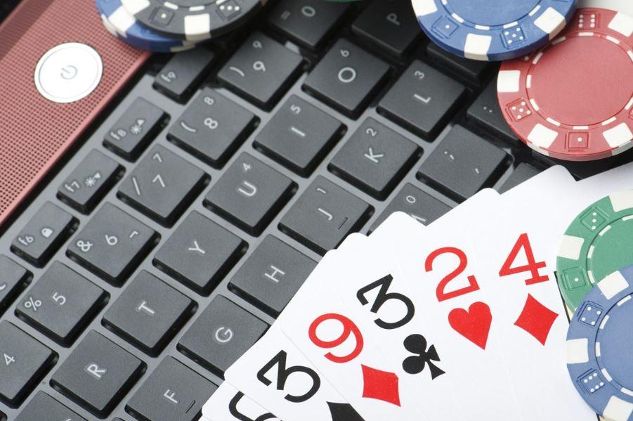 Netticasinoiden maailmassa fyysiset pelikortit ja pelimerkit siirtyvät digitaaliseen muotoon
